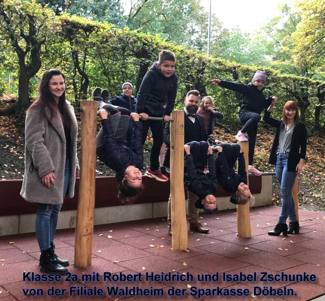 Die Kinder der Grundschule Waldheim freuen sich über ihren neuen Schulhof